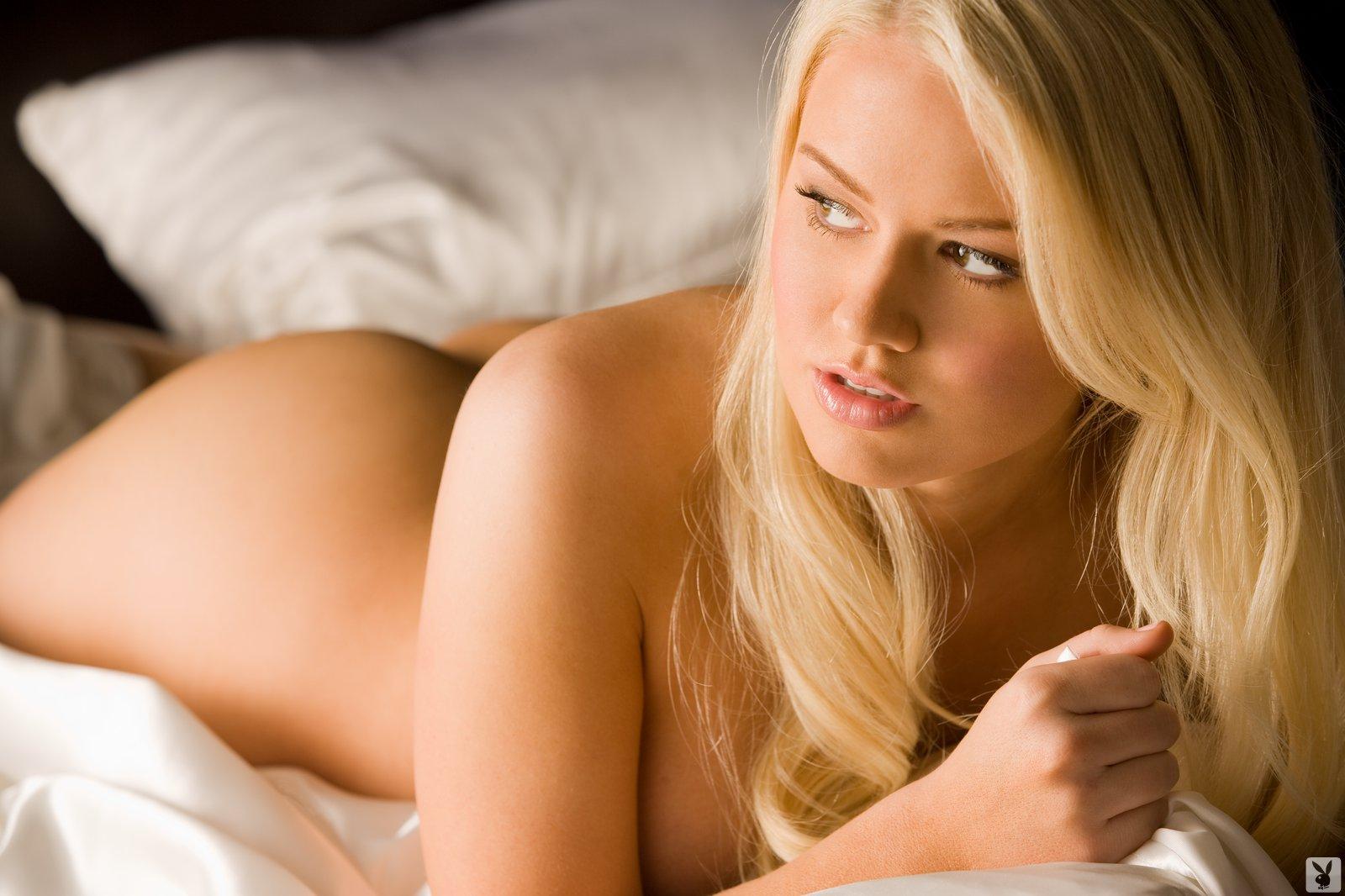 Блондинка нежно дает