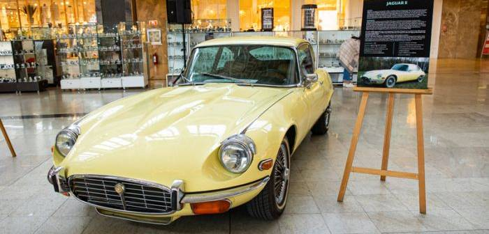 Retro-Cars-Iulius-Town-Jaguar-700x336.jp