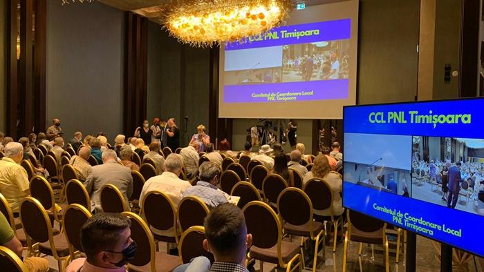 Noi alegeri cu scandal si imbranceli la PNL Timisoara. Forte de ordine mobilizate in numar mare la intrare. Video
